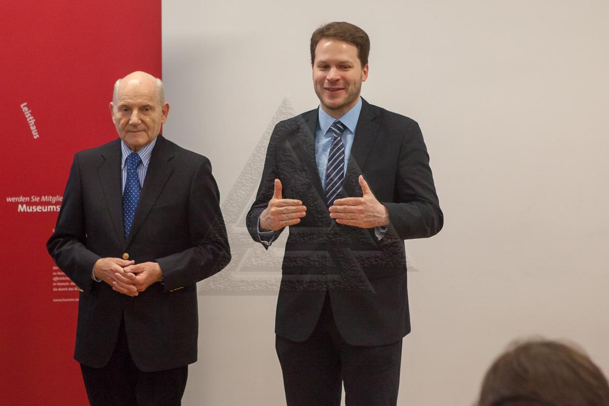 Dr. Klaus Arnold (links) und Stefan Daberkow (rechts) begrüßen die anwesenden Gäste
