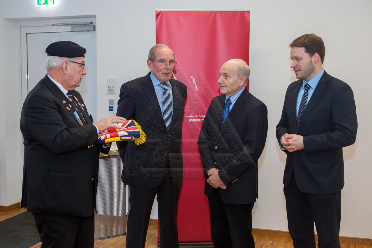 Richard Smith übergibt die Standarte der Royal British Legion an Dr. Klaus Arnold und Stefan Daberkow