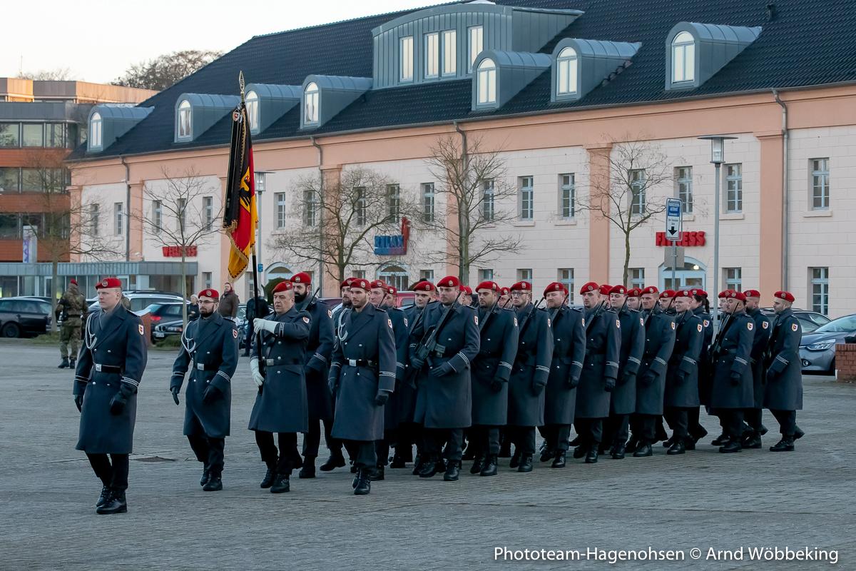 Die Ehrenformation mit der Truppenfahne