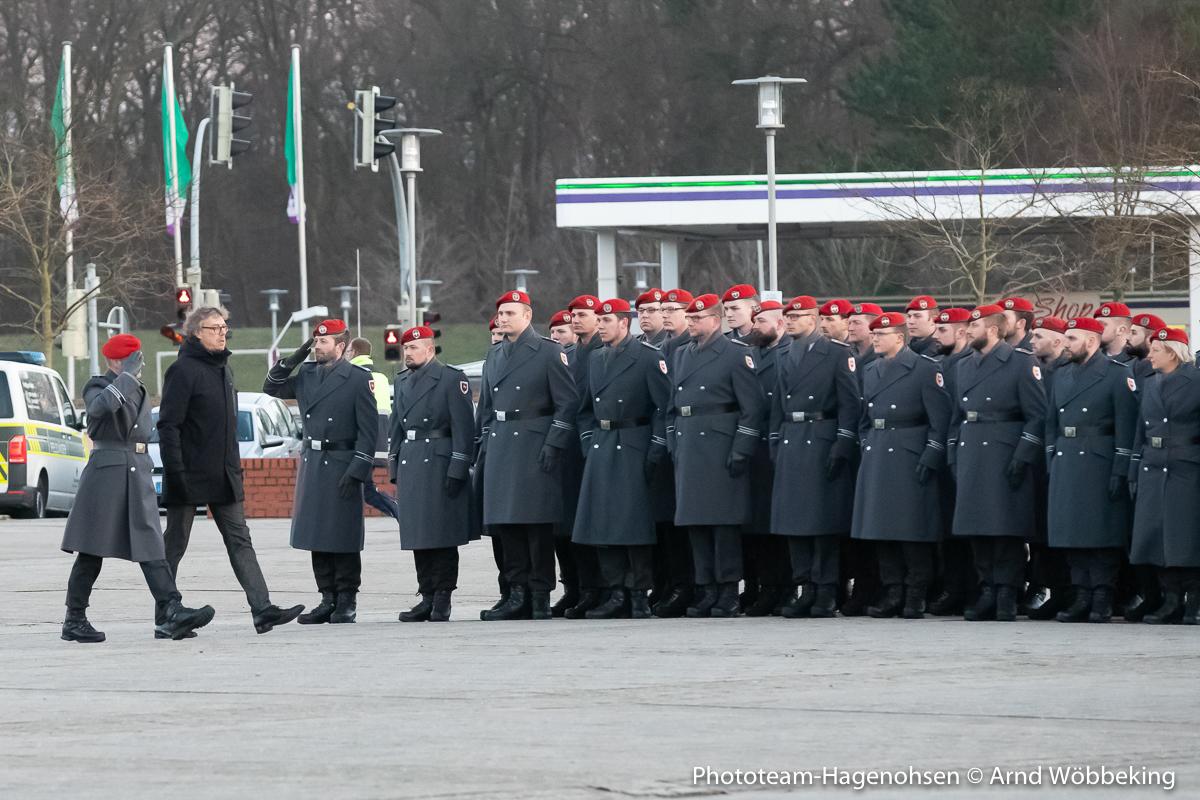 Oberstleutnant Helge Lammerschmidt und Bürgermeister Michael Jäcke beim Abschreiten der Front