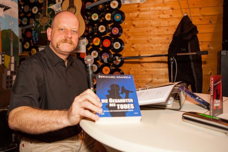 """Bernhard Mandla liest aus seinem neuen Buch die """"Gesandten des Todes"""" auf der Task in Hameln"""